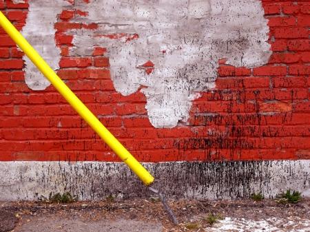 Mur de brique, fil, peinture, jaune