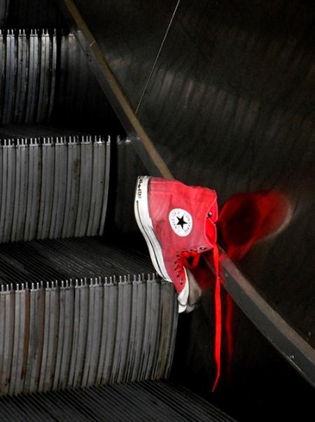 Running pris dans escalier roulant