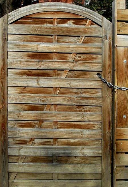 Porte de bois fermé par une chaine