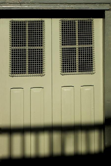 Porte de garage, fenêtres grillagées
