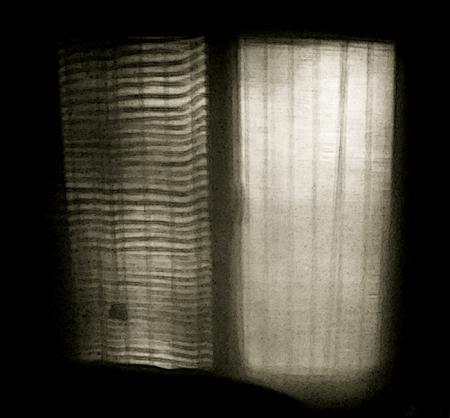 Réflexion de la fenêtre sur le mur de la chambre